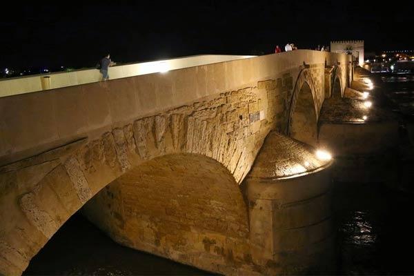 Vista nocturna de puente en Córdoba